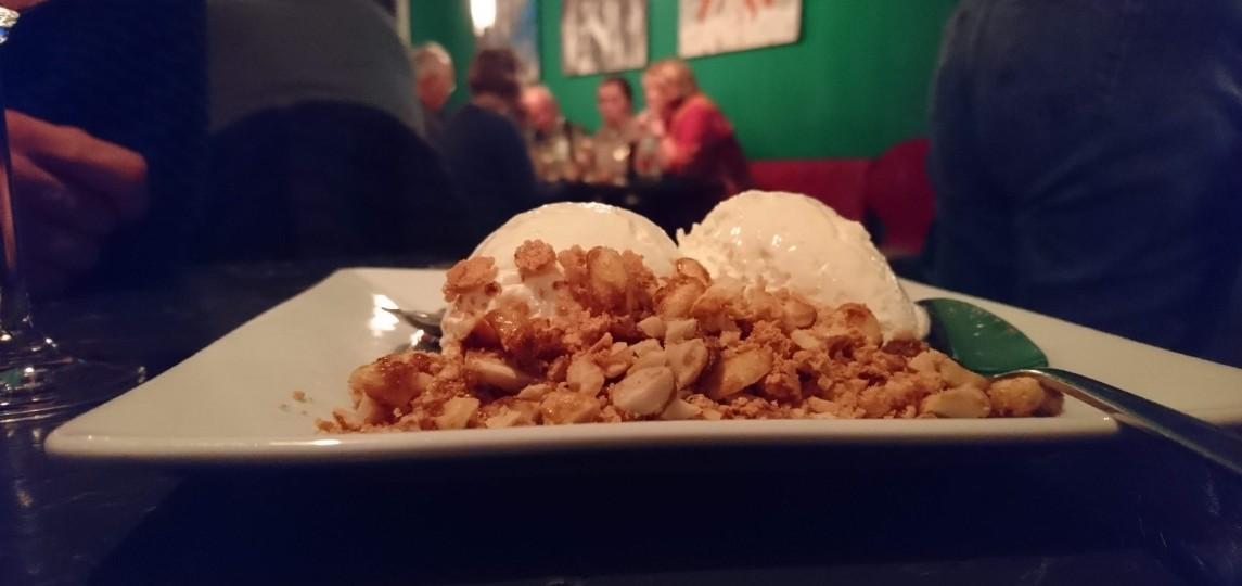Ein Berg aus Nusscrumble rundet das leckere Dessert im MA:DORO ab