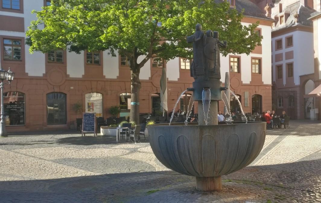 Am Infopunkt der Altstadt-Rallye am Leichhof gibt es ein digitales Rätsel zu lösen.
