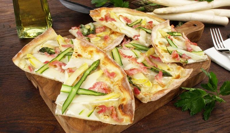 Bis heute wird die Spezialität nach traditionellem Rezept hergestellt, wobei Brotteig ausgerollt und mit Sauerrahm, Speck und Zwiebeln belegt wird.