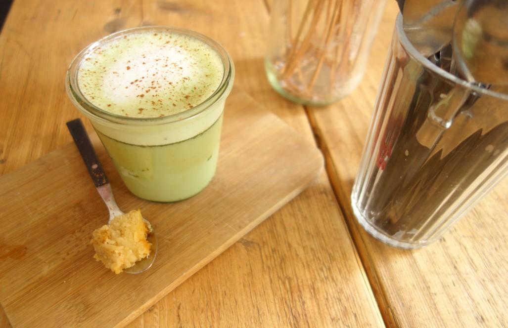 Matcha-Latte mit Kokosmilch und Kuchenstück im Möhren-Milieu