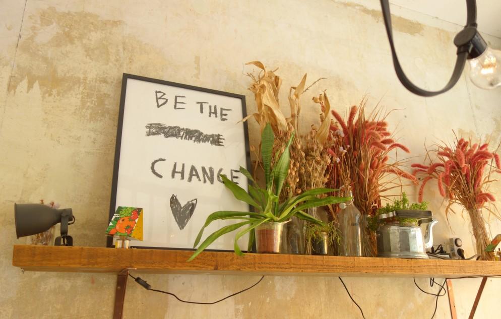 Sprüche und getrocknete Blumen dienen im Möhren-Milieu als Deko