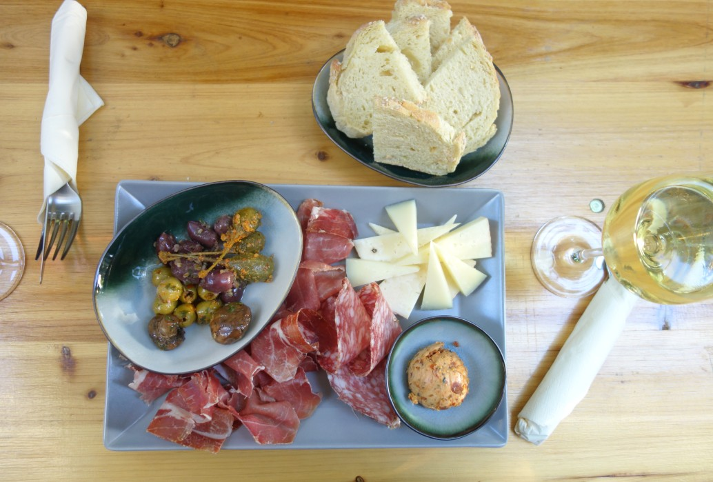 Der italienische Teller im Onkel Oskar mit Fenchelsalami, Käse und Oliven – ein Hochgenuss