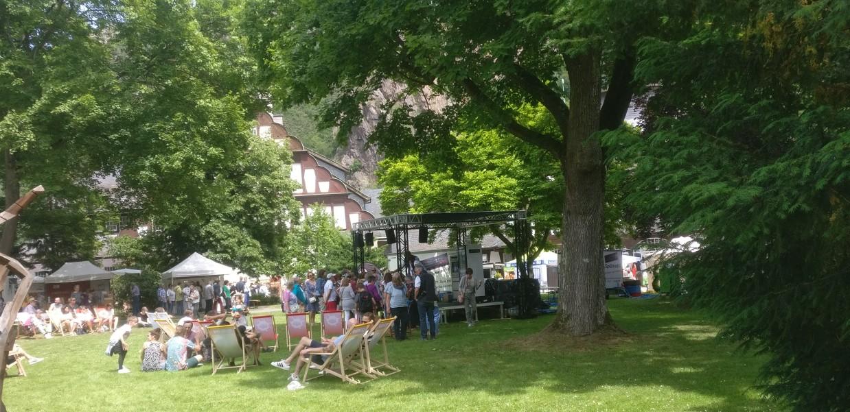 """Wer spürt bei diesem Anblick nicht die Leichtigkeit des Seins, die uns anzustecken versucht? Das """"Lebenslust"""" Gourmet- und Kunstfestival im Kurpark in Bad Münster am Stein heißt uns willkommen."""