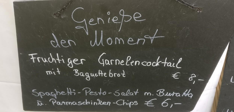 """""""Fruchtiger Garnelencocktail"""" und """"Spaghetti-Pesto-Salat"""" konkurrieren um unsere Gunst. Wir lassen beide gewinnen."""