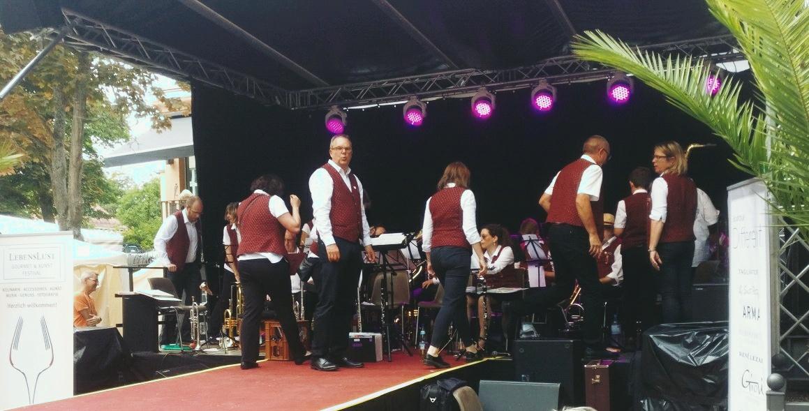 """Musikprogramm des Orchesters """"Musikfreunde Winzenheim"""" auf dem """"Lebenslust"""" Gourmet- und Kunstfestival im Kurpark in Bad Münster am Stein"""