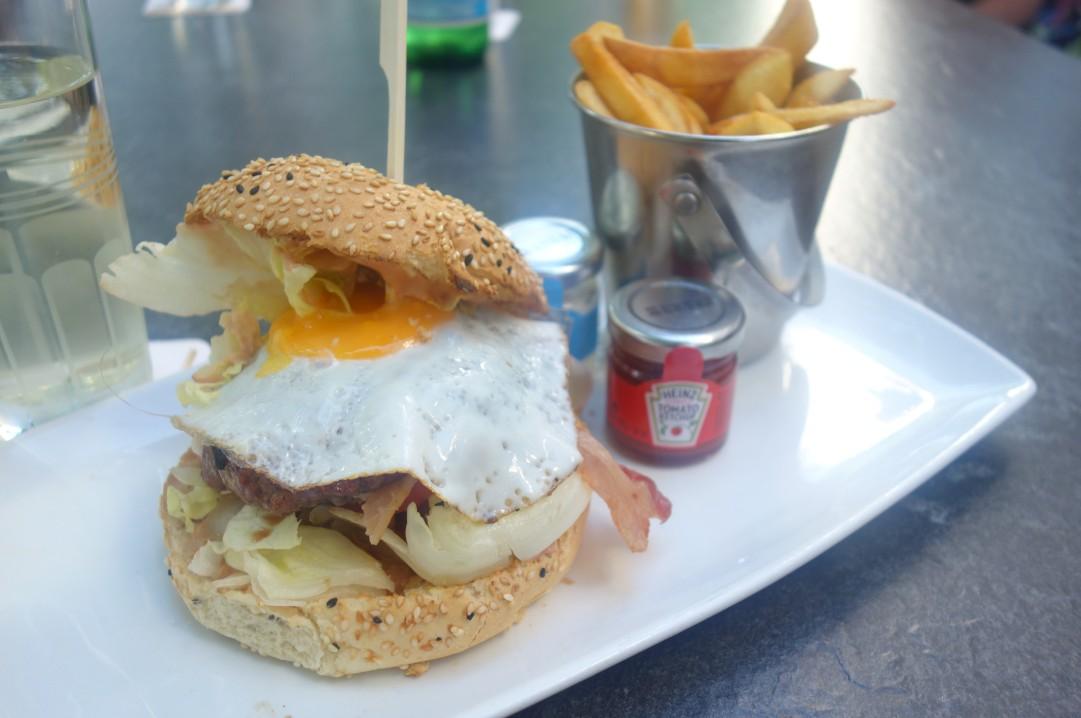 Der Farmer-Burger mit Beilagen, einer der leckeren Burger im Cubo Negro. Ebenfalls oft gelobt: der Juicy Lucy Burger.