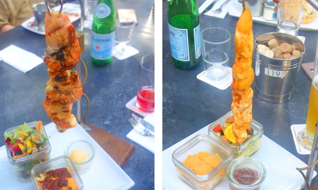 : Zwei leckere Varianten der Spieße vom Lavasteingrill mit Beilagen. Im Cubo Negro kann man lecker Fleisch genießen.