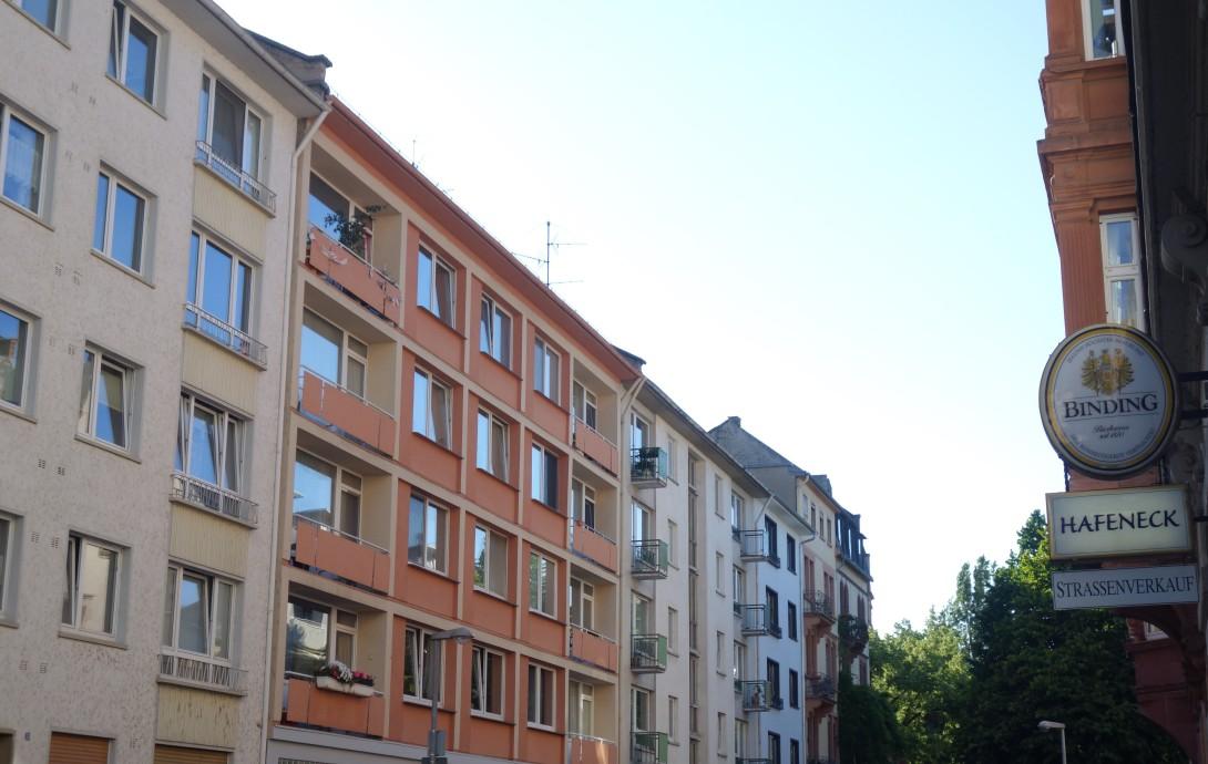 Hier isses, das Hafeneck Mainz: Die Hafenstraße besteht aus einem Mix aus alten und neuen Gebäuden.