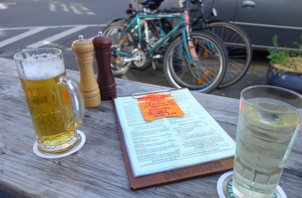 Die Klassiker im Hafeneck Mainz: frisch gezapftes Pils und Weinschorle.