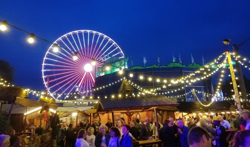 Biergärten und Lichtermeer: Am Abend ist der Kreuznacher Jahrmarkt am schönsten.