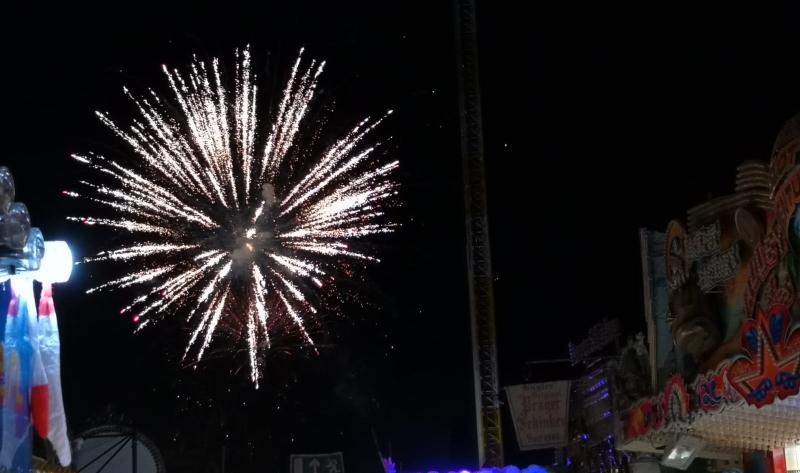 Der krönende Abschluss: Das Feuerwerk am Dienstagabend. Wenn die Raketen knallen ist das Spektakel zu Ende.
