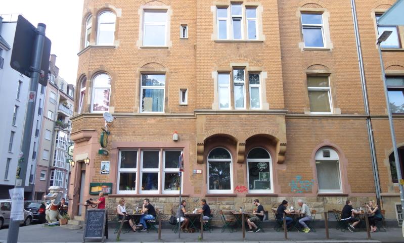 In einem schönen alten Backsteingebäude am Sömmeringplatz befindet sich die Kultkneipe Krokodil