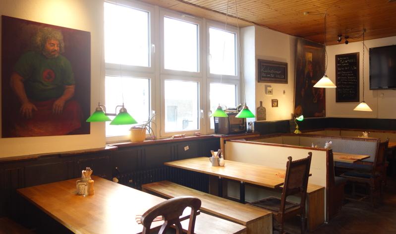 Gemütliche große Tische und Kunst an den Wänden im Krokodil.