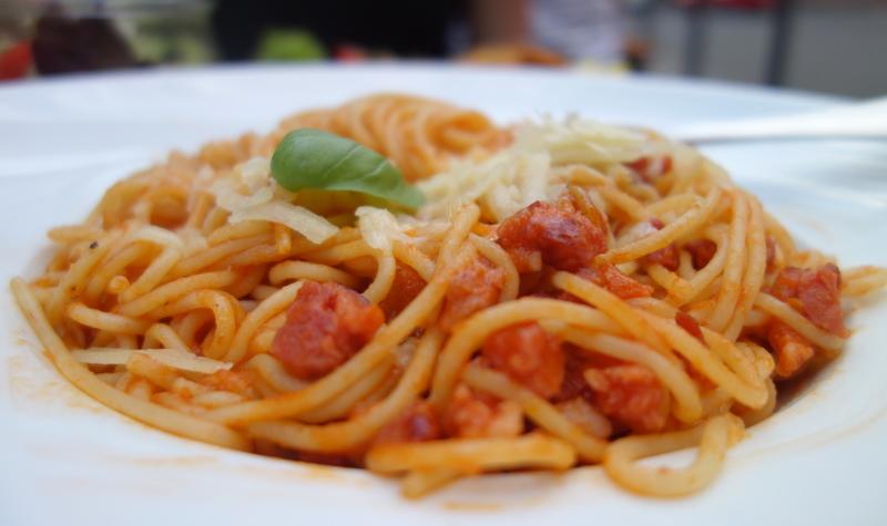 Spaghetti all'amatriciana mit gebratenem Speck, Zwiebeln und Tomatensauce für 7,90 € im Krokodil