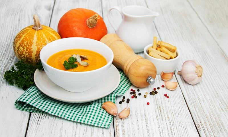 Eine Kürbissuppe kann je nach Geschmack scharf, fruchtig, lieblich oder mild sein. Erlaubt ist alles, was schmeckt