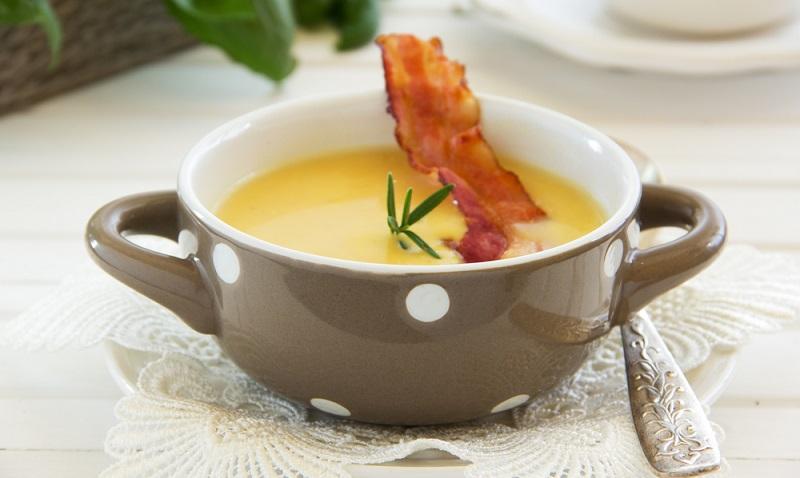 Kürbissuppe Rezept mit cross gebratenem Speck ist ein echter Klassiker.