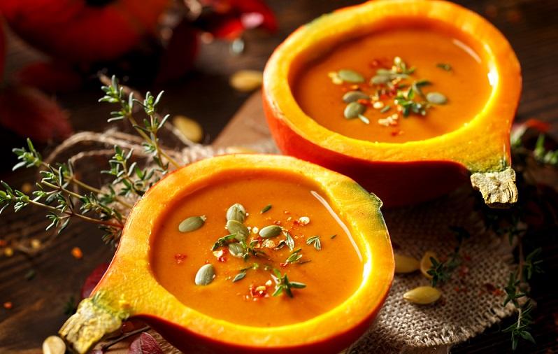 Wer nicht nur im Oktober und zu Halloween Kürbissuppe genießen möchte, kann Kürbisse im Garten oder auf dem Balkon problemlos lagern.