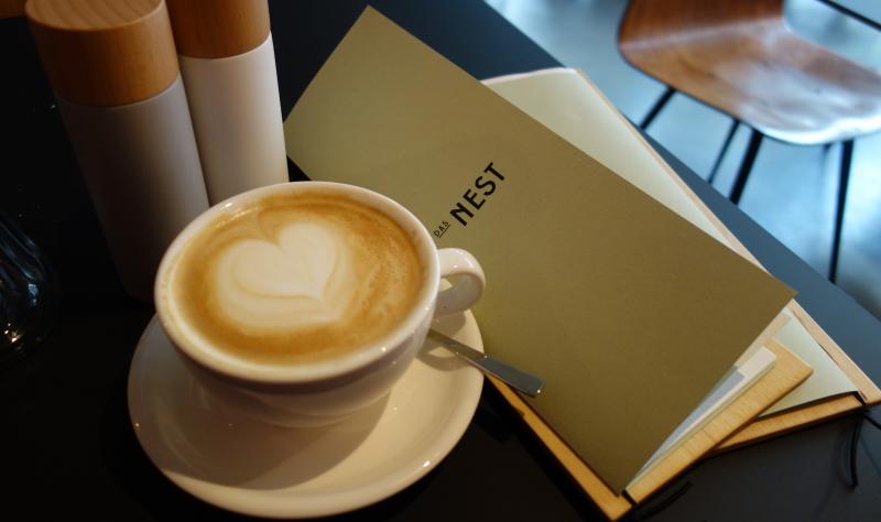 Der Milchkaffee im Nest schmeckt, ist schön heiß und kostet 3,30 Euro.