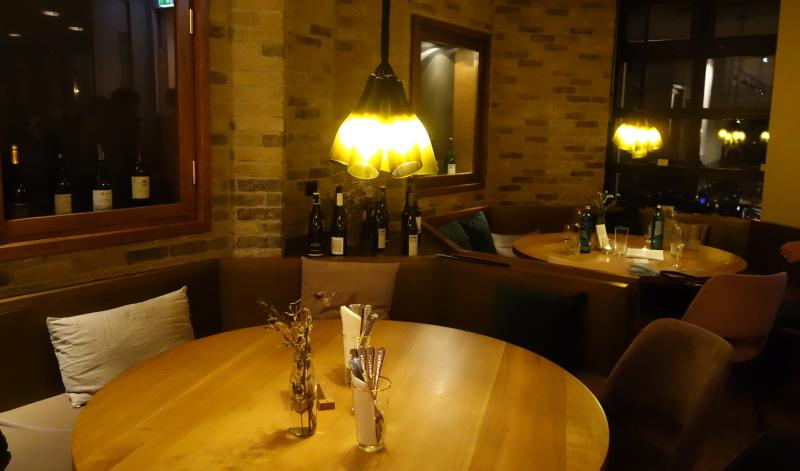 Weinflaschen auch als Lichtquelle im Lehmanns