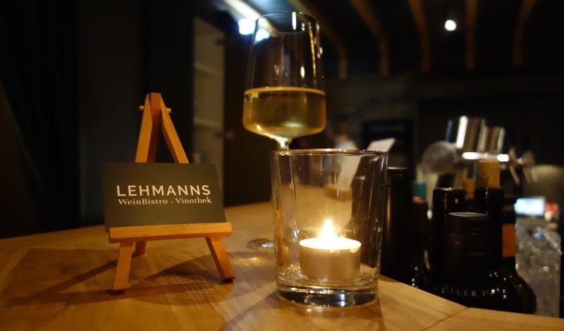 An der Bar im Lehmanns kann man sehr gemütlich ein Glas Wein genießen. Oder auch zwei.