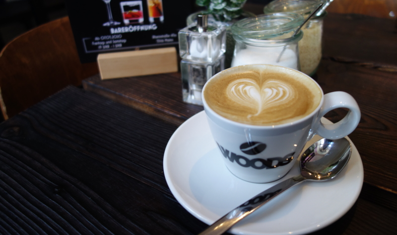 Der Cappuccino im Woods schmeckt gut, die Kunstpflanze auf dem Tisch stört leider etwas.