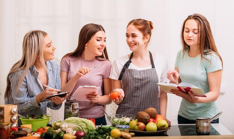 Es ist interessant: Wer sich erst für die ausgewogene Ernährung entscheidet, findet so manches Rezept, das leicht zuzubereiten ist, schmeckt und sogar zum Abnehmen taugt. ( Foto: Shutterstock-Golubovy )
