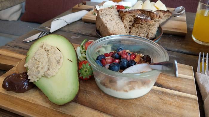 """""""Laura"""" ist die super gesunde leckere Frühstücksvariante mit Avocado und Müsli (Foto: Tiffany Bals)"""