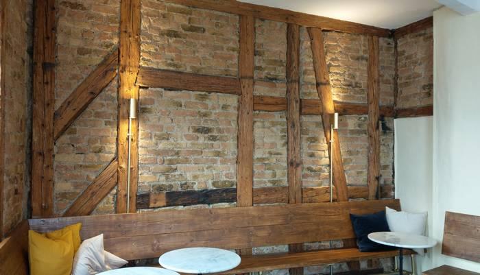 Stein, Holz, Licht - Stylisches Interieur in der neuen Weinbar Dagobert (Foto: Tiffany Bals)