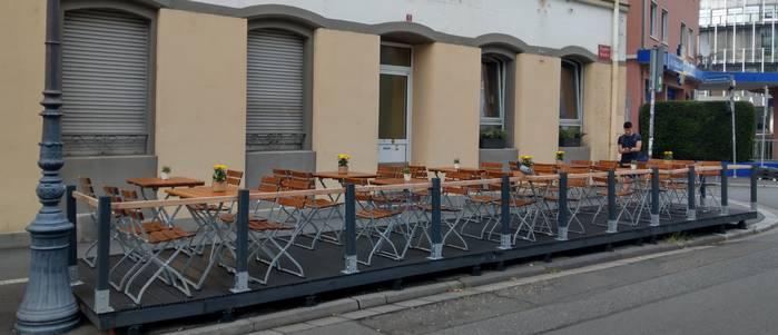 Die Terrasse der Weinbar Dagobert ist ruhig gelegen - in der Dagobertstraße (Foto: Tiffany Bals)