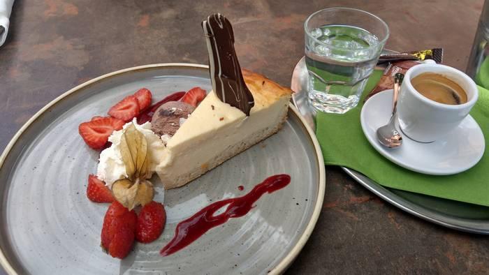 So viel Zeit muss sein: Käsekuchen und Espresso zum Abschluss im Grünen Kakadu (Foto: Tiffany Bals)