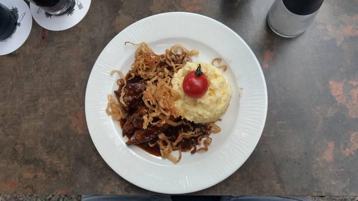 Die Mittagskarte im Grünen Kakadu kann sich sehen lassen: Vielseitig und günstig. (Foto: Tiffany Bals)